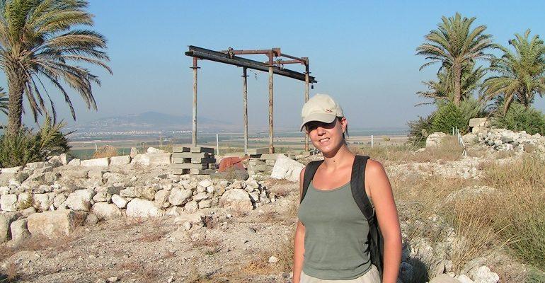 Vrijwilliger op een archeologische vindplaats in Israël